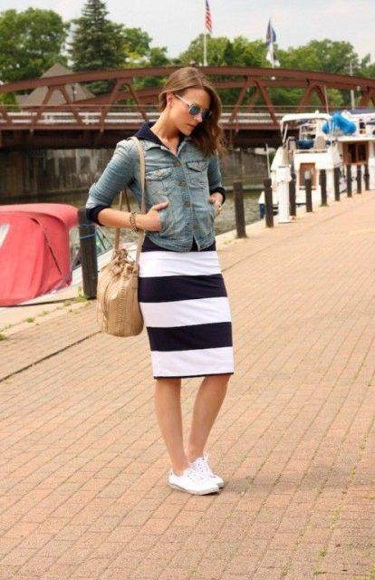 белые кеды и полосатая юбка