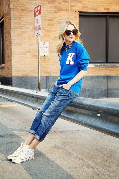 белые кеды и джинсы