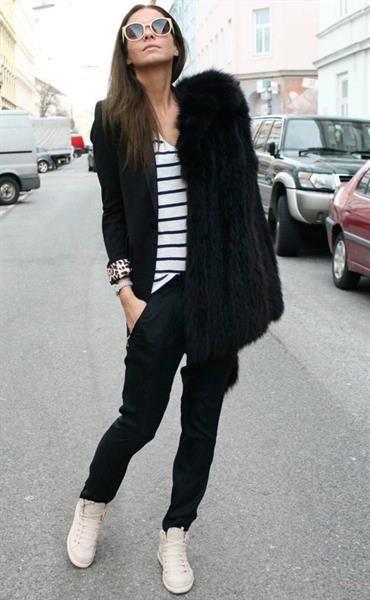 белые кеды и черные брюки