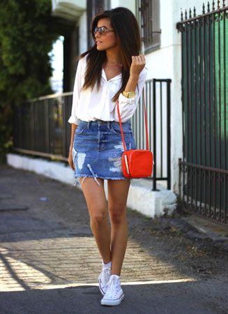 белые кеды с мини джинсовой юбкой