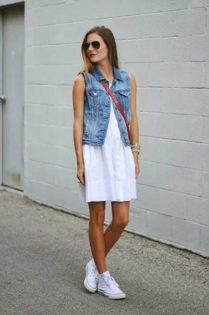 белые кеды с белым платьем и джинсовым жилетом