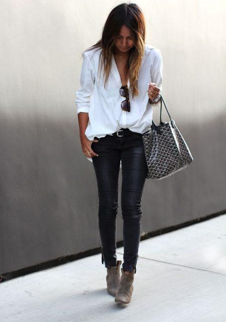 белая блузка с кожаными брюками