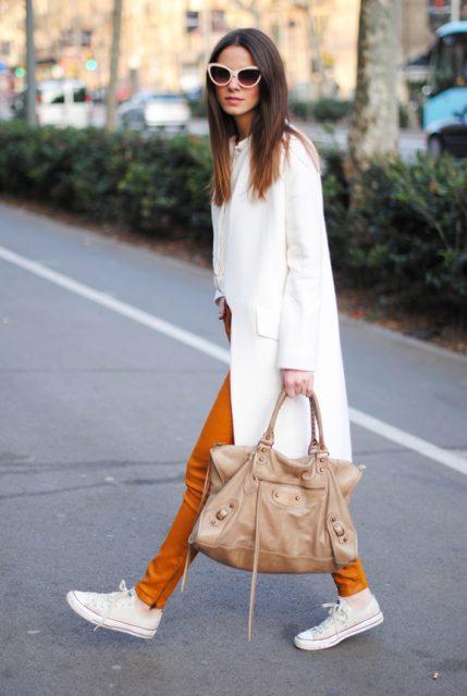 белые кеды и оранжевые брюки