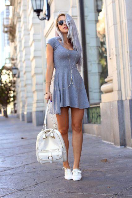 белые кеды с серым платьем