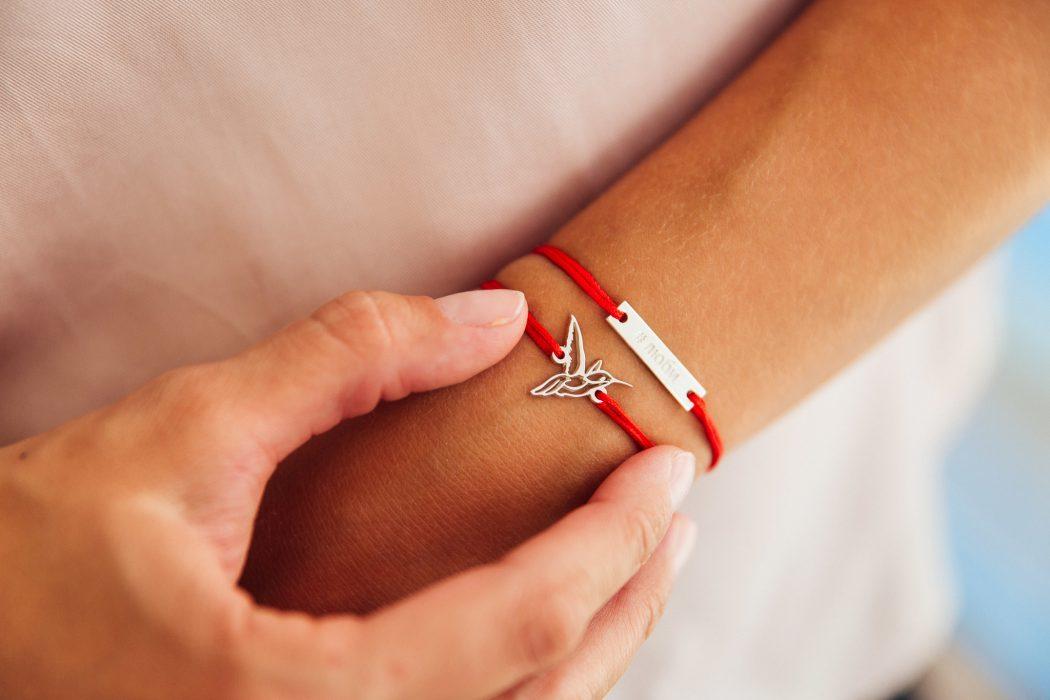 Красная нить на запястье – новый тренд или древняя традиция картинки