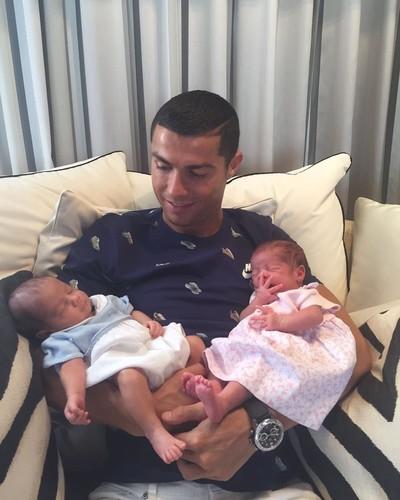 Криштиану Роналду впервые показал своих новорожденных близнецов