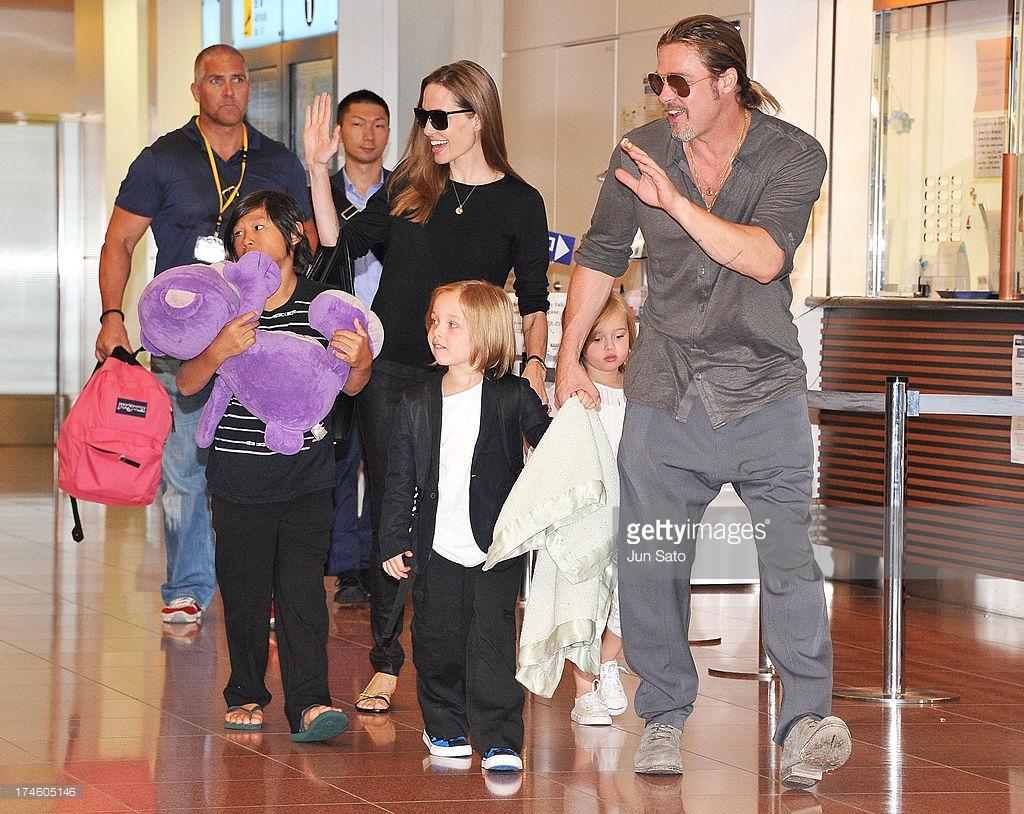 Джоли и Питт с детьми