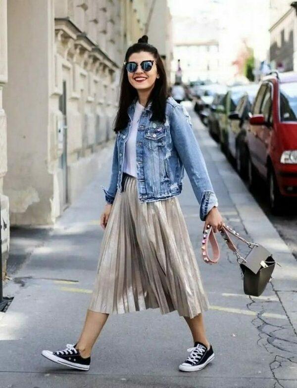 В гардеробе женщины джинсовая куртка
