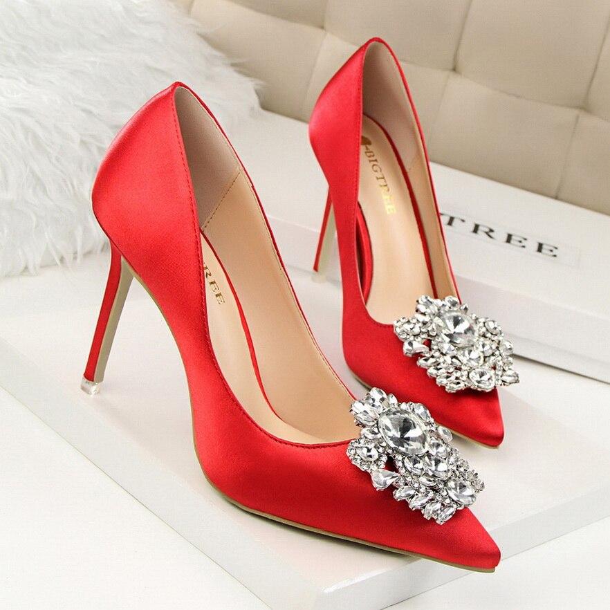 Металлическая фурнитура на туфлях