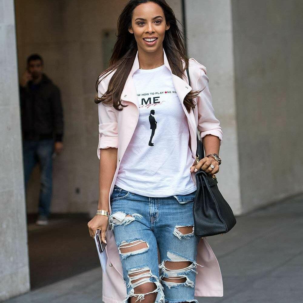 Драные джинсы, футболка и классический тренч